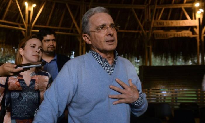 Ex-presidente Álvaro Uribe celebra resultado do referendo sobre acordo de paz com as Farc Foto: RAUL ARBOLEDA / AFP