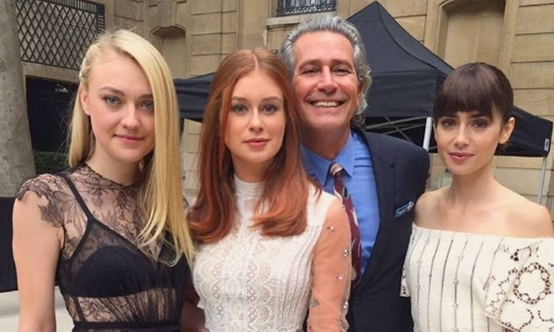 Marina entre Dakota Fanning, Cacá de Souza (embaixador da Valentino) e Lily Collins (à direita) Foto: Reprodução/ Instagram
