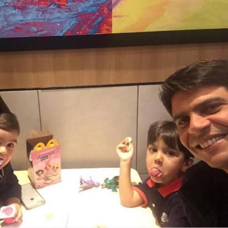 Pedro Paulo com a família em uma lanchonete Foto: Divulgação/Instagram