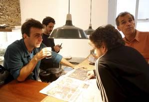 Freixo, que se reuniu com assessores, quer usar programa de TV para comparar suas propostas com às de Crivella e mostrar quem são seus aliados Foto: Marcelo Carnaval
