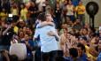 Artur Virgílio Neto (PSDB) comemora com o vice a vitória no primeiro turno em Manaus