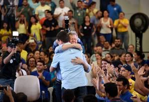 Artur Virgílio Neto (PSDB) comemora com o vice a vitória no primeiro turno em Manaus Foto: Reprodução Facebook