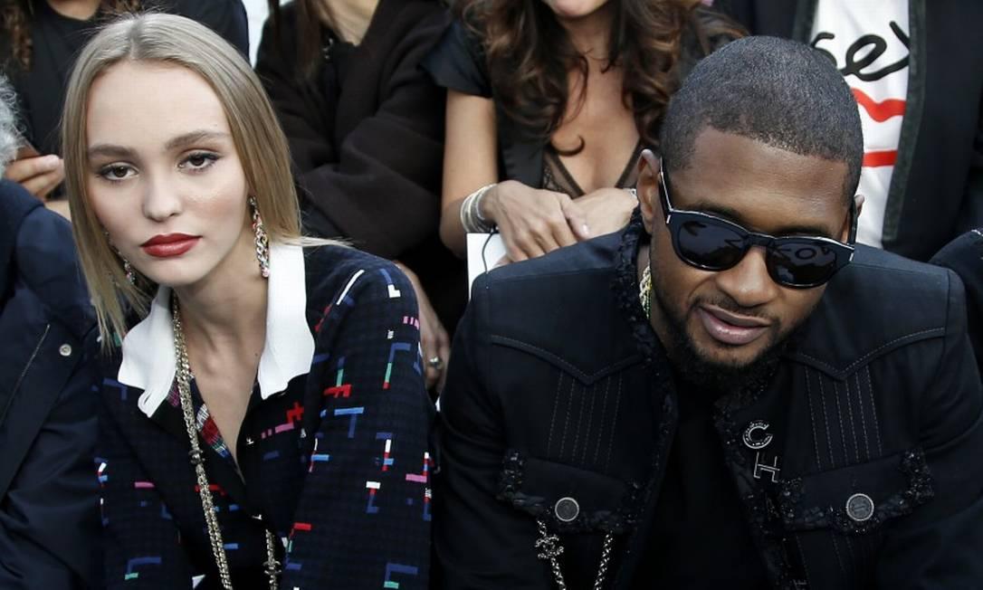 Lily-Rose Depp sentou-se ao lado do rapper Usher na primeira fila Thibault Camus / AP