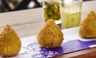 No francês Bagatelle, a coxinha é de galeto assado e shiitake e servida com molho béarnaise Foto: Divulgação