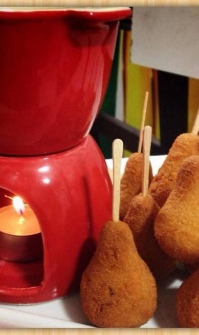 Que tal um fondue de coxinha? No Bar da Frente tem. O petisco vem espetado num palito para você mergulhar num molho de queijo e vinho branco Reprodução Instagram