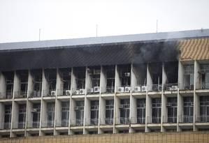 Focos de fumaça saem do prédio da reitoria da UFRJ, na Ilha do Fundão Foto: Márcia Foletto / Agência O Globo