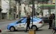 O reforço de policiamento nas imediações do Morro da Coroa Foto: