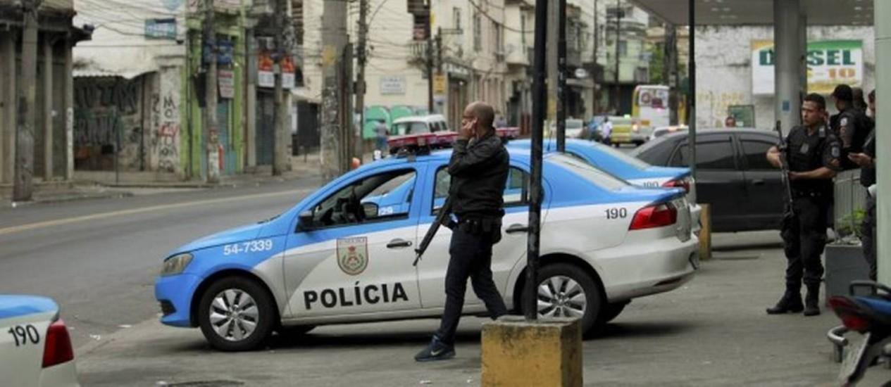 O reforço de policiamento nas imediações do Morro da Coroa Foto: Foto: Fabio Guimarães - 04/04/2016 / Extra / O Globo