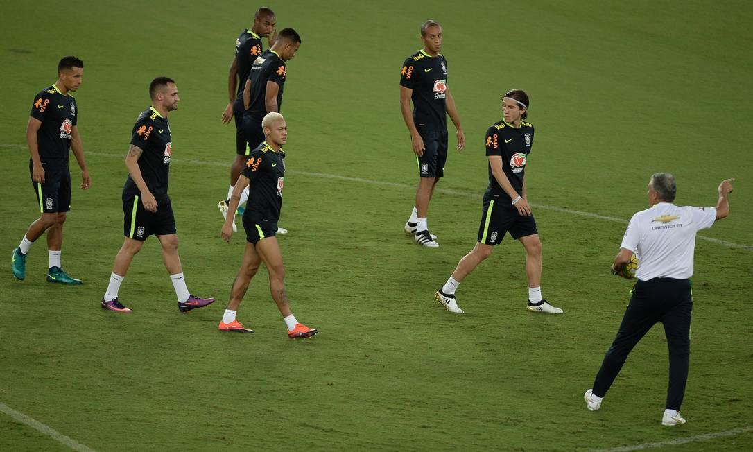 Técnico Tite orienta os jogadores da seleção brasileira no treino desta terça, em Natal Pedro Martins - Mowa Press