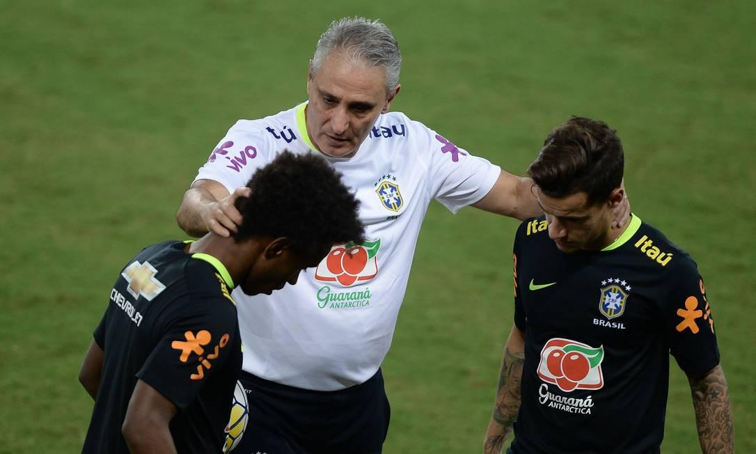 Tite conversa com Willian e Coutinho no treino na Arena das Dunas Pedro Martins - Mowa Press