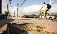 Dificuldades. Buracos atrapalham a circulação em diversos pontos da ciclovia localizados na Avenida Ayrton Senna Foto: Guilherme Leporace / fotos de Guilherme Leporace