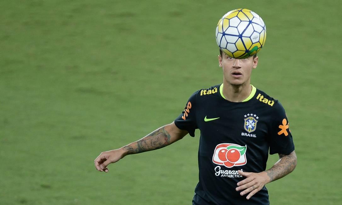Philippe Coutinho domina a bola no treino desta terça. Meia pode ser titular contra a Bolívia Pedro Martins