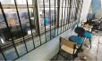 Retrato da crise. Cadeiras quebradas ficam num corredor do Centro Universitário Estadual da Zona Oeste: instituição está há um ano sem receber verba do estado para manutenção