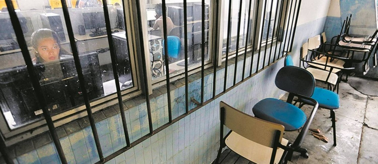 Retrato da crise. Cadeiras quebradas ficam num corredor do Centro Universitário Estadual da Zona Oeste: instituição está há um ano sem receber verba do estado para manutenção Foto: Marcelo Carnaval