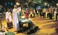 O padre Luís Maurício reza missa na Gamboa: a ideia é fazer com que as pessoas encontrem com Deus, seja onde for