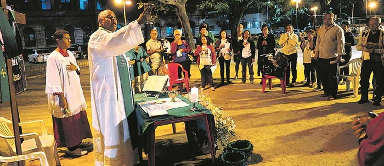 O padre Luís Maurício reza missa na Gamboa: a ideia é fazer com que as pessoas encontrem com Deus, seja onde for Foto: Marcelo Carnaval