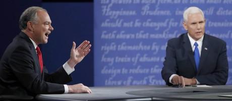 Kaine (esquerda) e Pence falam ao mesmo tempo durante debate Foto: JONATHAN ERNST / REUTERS