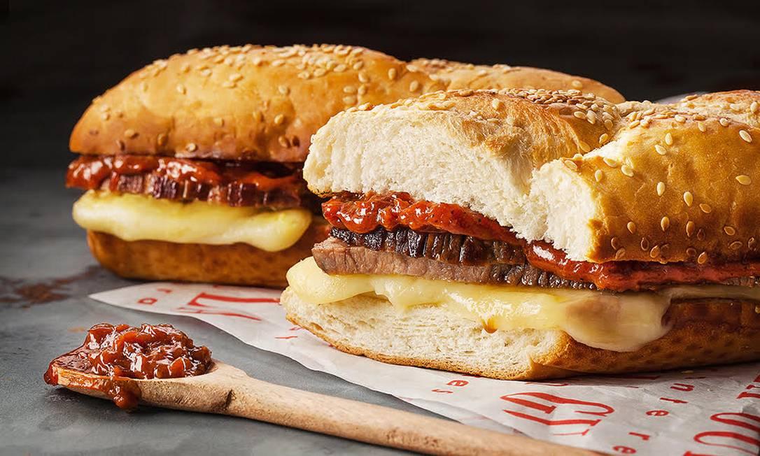 O sanduíche de carne assada, compota de bacon e queijo minas é uma das opções do Gula Gula Divulgação