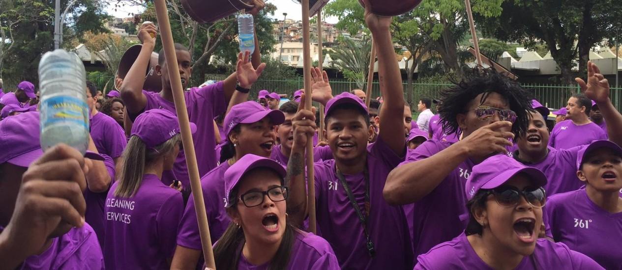 O protesto em frente ao Comitê Olímpico Foto: Marcia Foletto / O Globo
