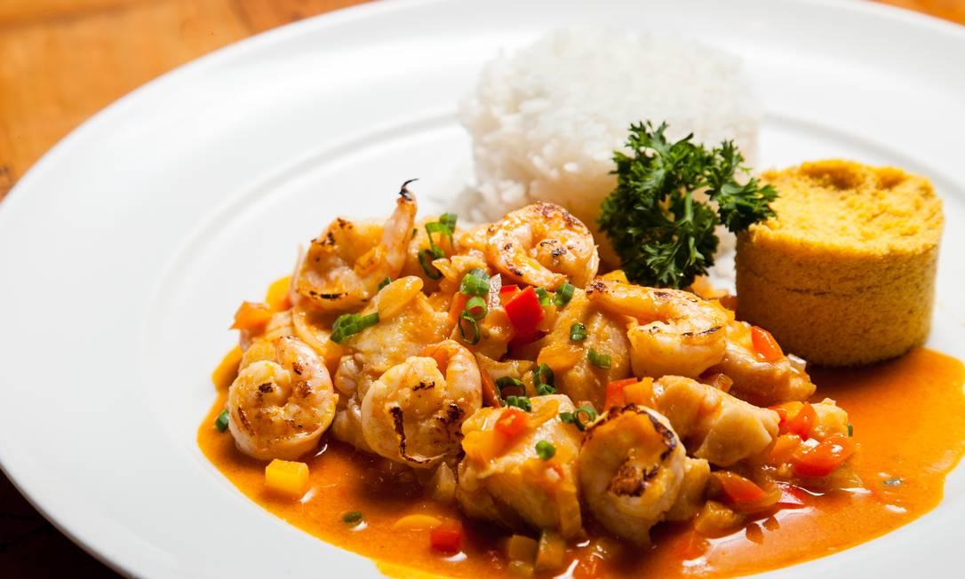 Moqueca. O prato do Cavist é feito com peixe e camarão e acompanhado por arroz branco e farofa de dendê (R$ 68) Rodrigo Castro / Divulgação