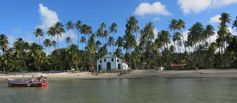 Coqueiros e a capela de São Benedito: cartão-postal na Praia dos Carneiros, em Pernambuco Foto: Lucas Altino / O Globo