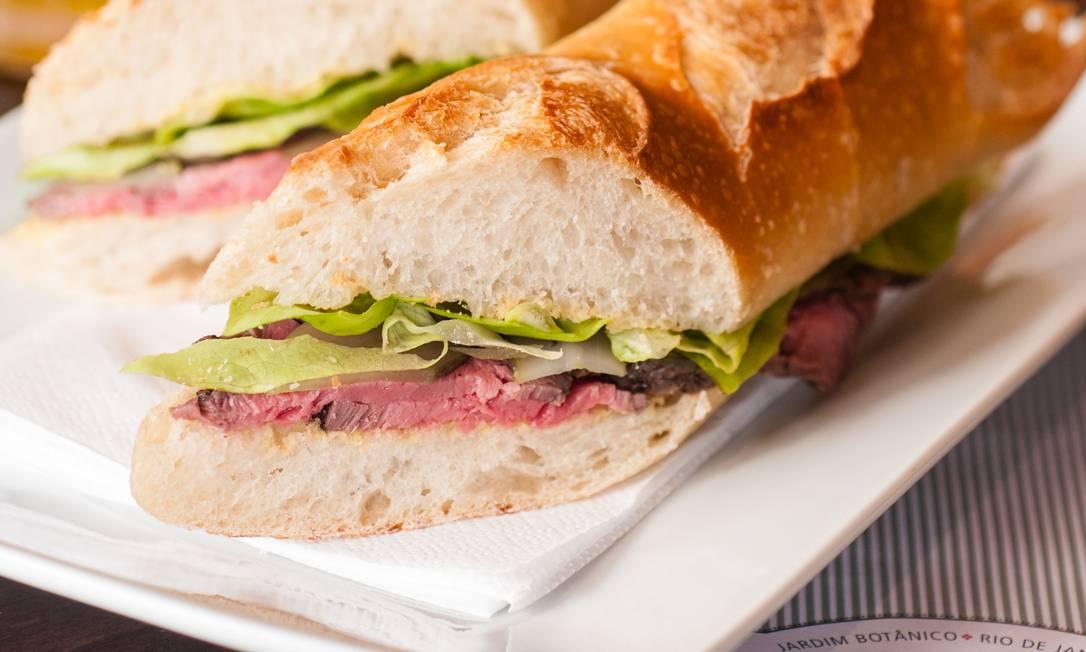 Sanduíche na baguete: roastbeef, cornichon, alface e mostarda Dijon Bella Cardim / Divugação