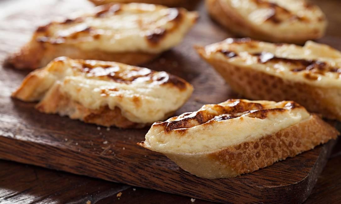 Welsh Rarebit: torradas de baguete gratinadas com creme à base de maionese caseira, queijo parmesão, noz moscada, cerveja, molho inglês e um leve toque de cebola ralada Rodrigo Azevedo / Divulgação