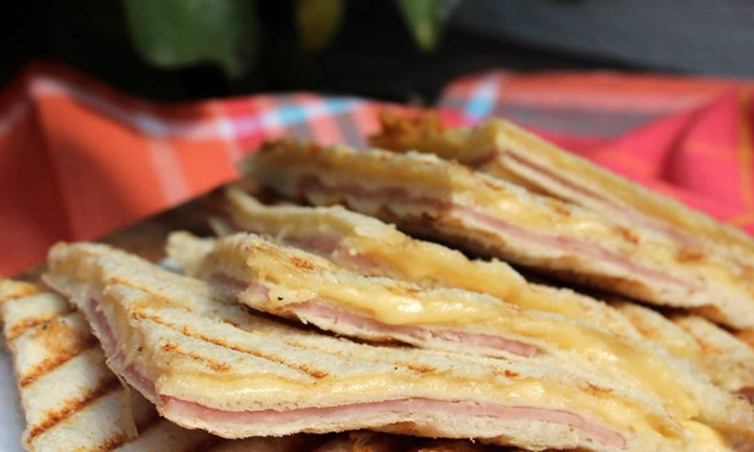 Tostex na chapa: misto tradicional (presunto e queijo); e light (peito de peru e queijo minas) Mariana Garcia / Divulgação