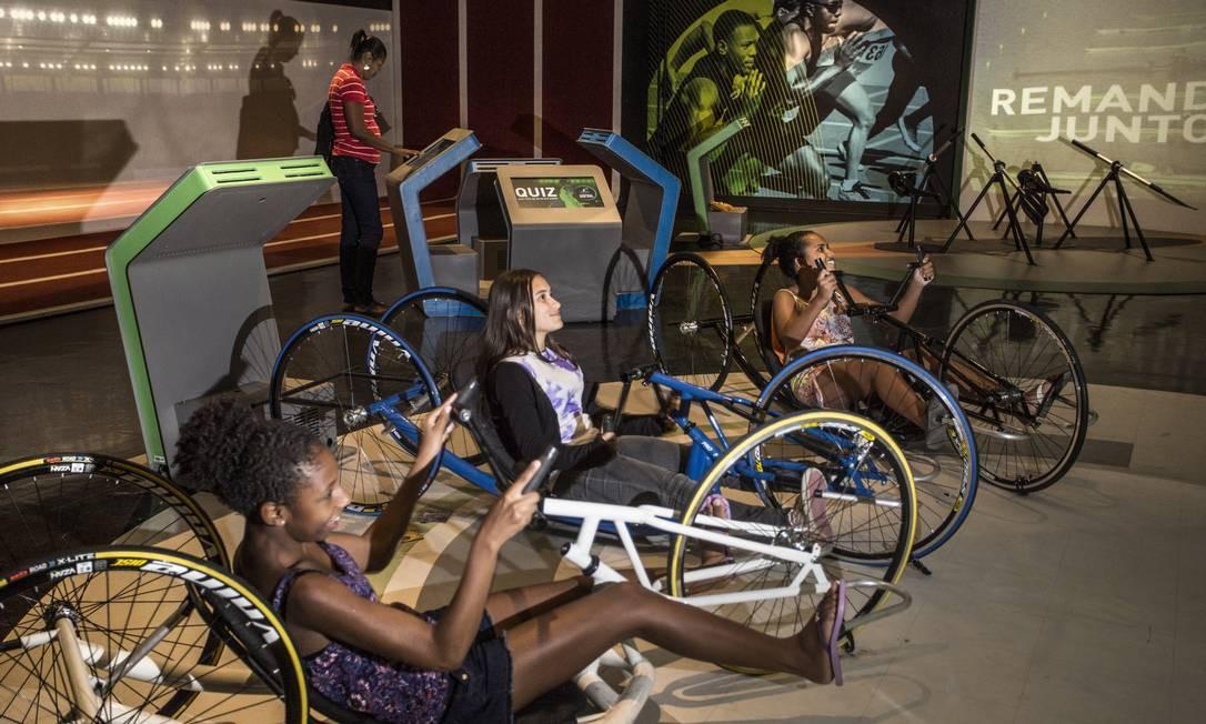 Bicicleta paralímpica está atrelada a um game e diverte crianças e adultos que participam de provas virtuais de ciclismo Foto: Ana Branco / Agência O Globo