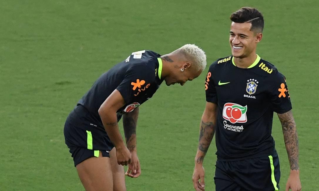 Neymar e Philippe Coutinho em momento de descontração no treino da seleção nesta quarta VANDERLEI ALMEIDA / AFP