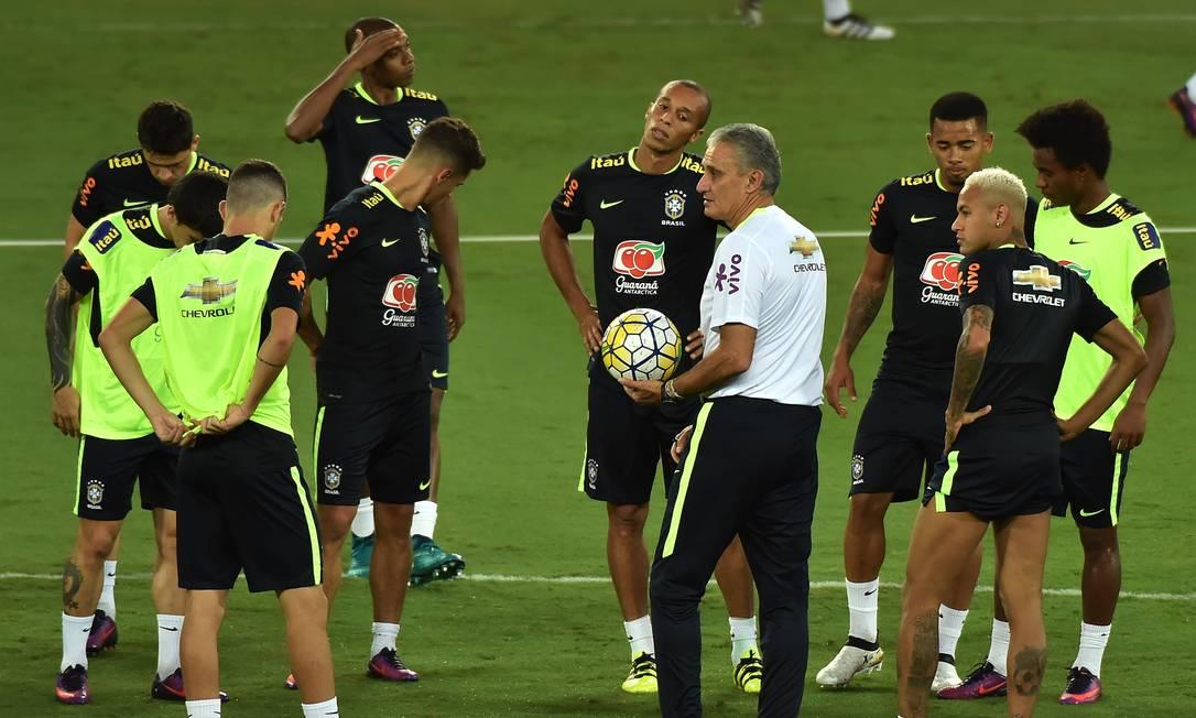 Tite conversa com os jogadores na Arena Dunas NELSON ALMEIDA / AFP