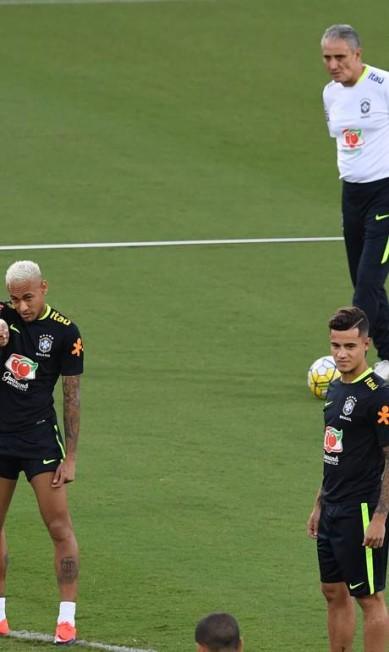Tite observa os jogadores nesta quarta, em Natal VANDERLEI ALMEIDA / AFP