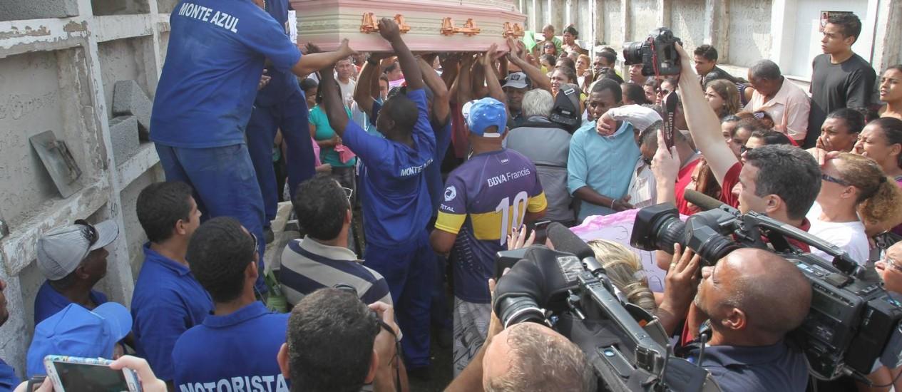 Enterro de Fabiane Maria de Jesus, em maio de 2014, no Guarujá Foto: Marcos Alves / Agência O Globo