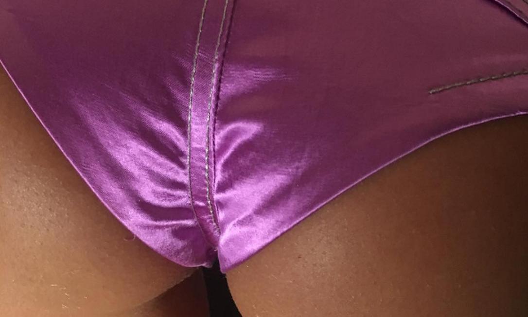 """Comprovando a tese de que as curvas estão em alta, Irina ganhou um clique indiscreto (feito nos bastidores do desfile de Marc Jacobs) de """"presente"""" feito pela badalada editora de moda Katie Grand: um close de seu bumbum: """"obrigada pela melhor foto de bumbum"""", disse Irina Instagram"""