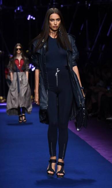 Irina ainda brilhou no desfile da Versace... GIUSEPPE CACACE / AFP
