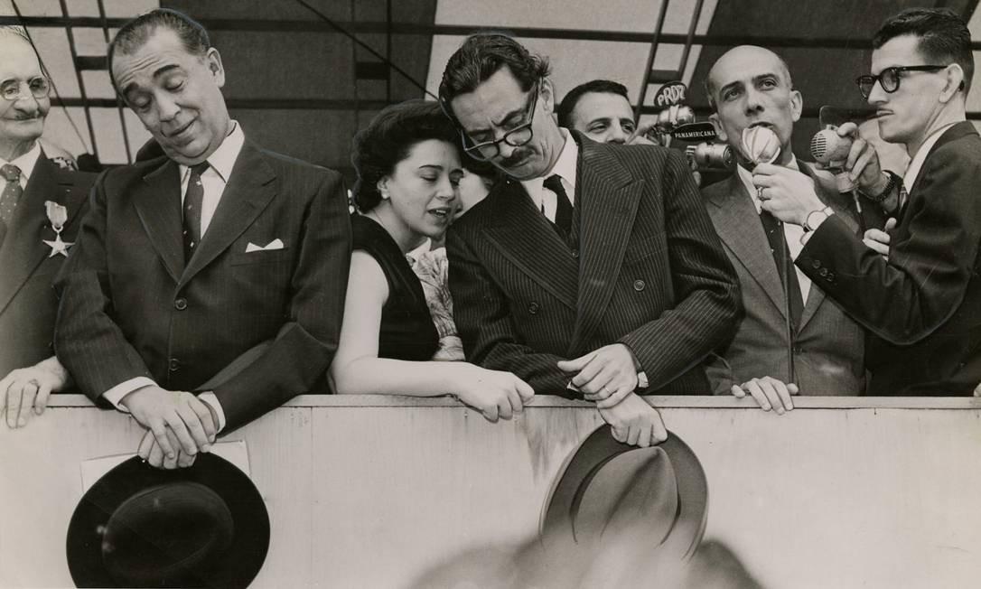 Ulysses, ao microfone, com Juscelino Kubitschek, Ivete Vargas e Jânio Quadros, em 1957 Foto: Arquivo / Agência O Globo