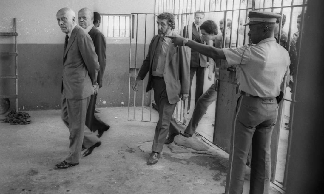 Em 1979, Ulysses, com o senador Nelson Carneiro, visitava presos políticos em greve de fome Foto: Ricardo Beliel / Ricardo Beliel / Agência O Globo
