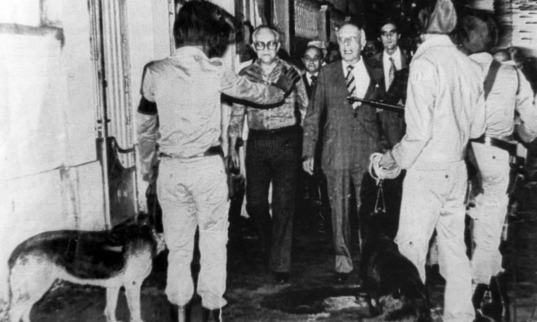 Em 1978, Ulysses Guimarães enfrentou policiais com cães que queriam impedi-lo de fazer campanha em Salvador Foto: Luciano de Andrade / Luciano de Andrade / Agência JB
