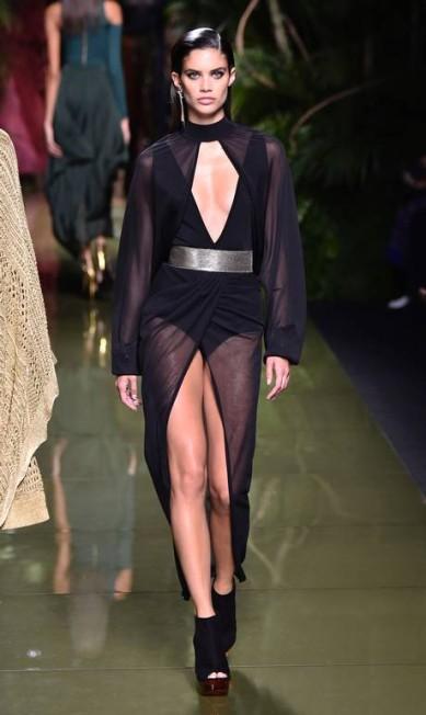 A angel portuguesa Sara Sampaio ganhou look transparente, decotado e com fenda na Balmain. Resumo: curvas mais do que valorizadas BERTRAND GUAY / AFP