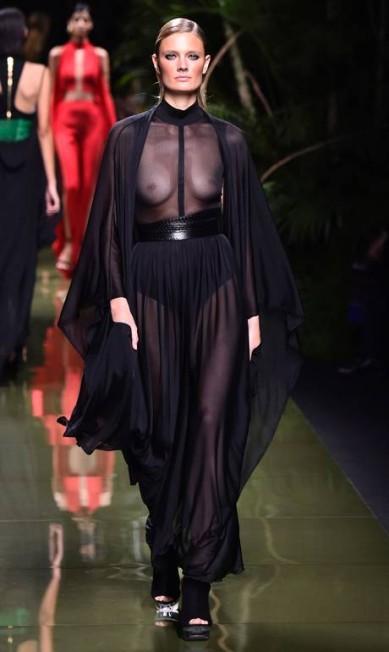 A francesa Constance Jablonski, cheia de curvas, usou look transparente na Balmain BERTRAND GUAY / AFP