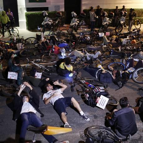 Ciclistas fazem protesto em frente à casa de João Doria, no Jardim Europa Foto: Edilson Dantas / Agência O Globo