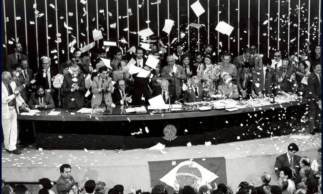 Ulysses preside , com plenário em festa, a última votação da Assembleia Nacional Constituinte Foto: Orlando Brito