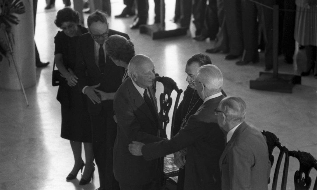 No velório de Tancredo Neves, em Brasília, Ulysses cumprimenta o ex-presidente Ernesto Geisel. Durante a ditadura, o general o processou porque Ulysses comparou-o ao ditador Ide Uganda di Amin Dadá. O STF o absolveu. Foto: / Anibal Philot