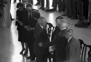 No velório de Tancredo Neves, em Brasília, Ulysses cumprimenta o ex-presidente Ernesto Geisel. Durante a ditadura, o general o processou porque Ulysses comparou-o ao ditador Ide Uganda di Amin Dadá. O STF o absolveu. Foto: Anibal Philot