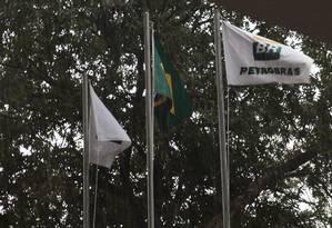 Bandeiras da Petrobras em escritório de Brasília Foto: Nadia Sussman / Bloomberg