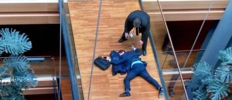 Woolfe caído: deputado teve um colapso após discutir com colegas Foto: Reprodução da TV