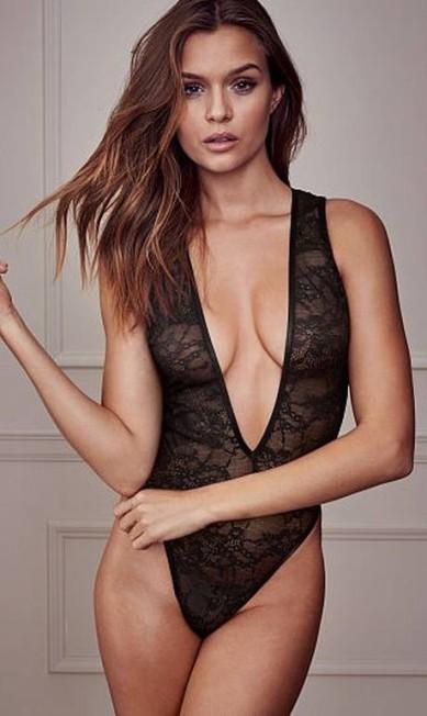 Josephine usa agora body decotado para a grife de lingerie Divulgação