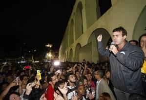 Marcelo Freixo (PSOL) discursa nos Arcos da Lapa, após passar para o segundo turno da eleição municipal Foto: Domingos Peixoto/Agência O Globo