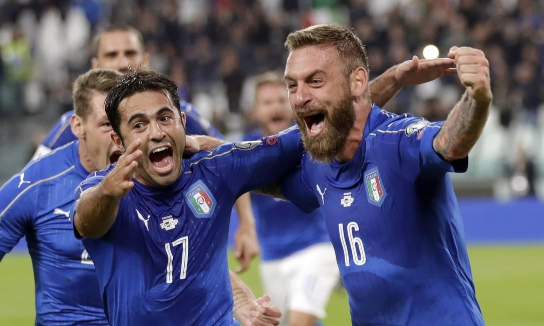 Italiano De Rossi, à direita, comemora com o brasileiro naturalizado italiano Eder o gol de empate contra a Espanha Antonio Calanni / AP