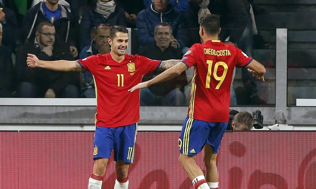 Vitolo, à esquerda, festeja com Diego Costa o gol espanhol, após falha do italiano Buffon Antonio Calanni / AP